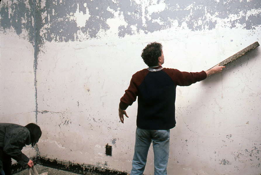 1983 THE PIER 34 SHOW Keith Davis scraping paint off plaster wall.