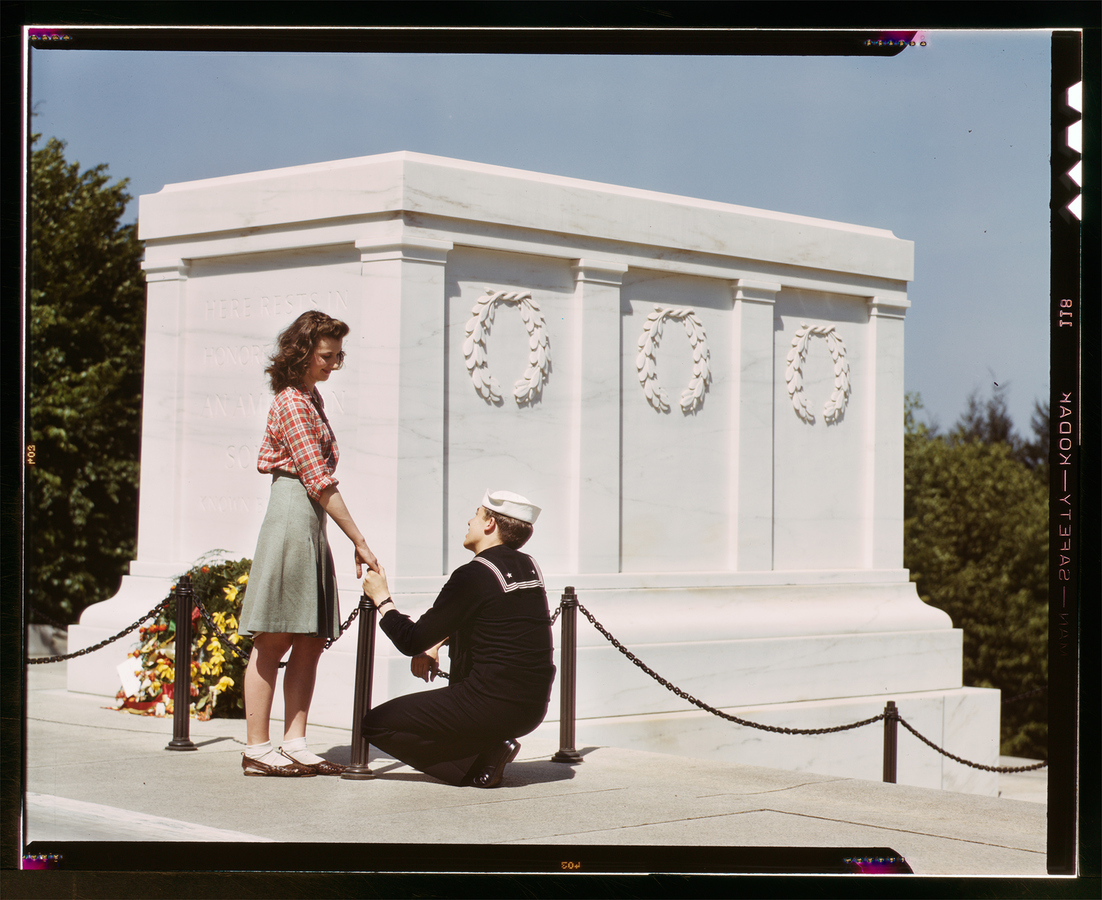 Memorial Sailor and Girl at the Tomb of the Unknown Soldier, Washington, D.C., May 1943. Photographer: John Collier, FSA / OWI agency