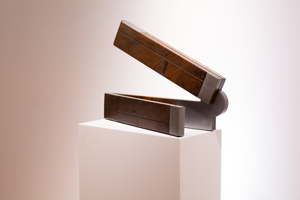 Sculpture Claro walnut, steel