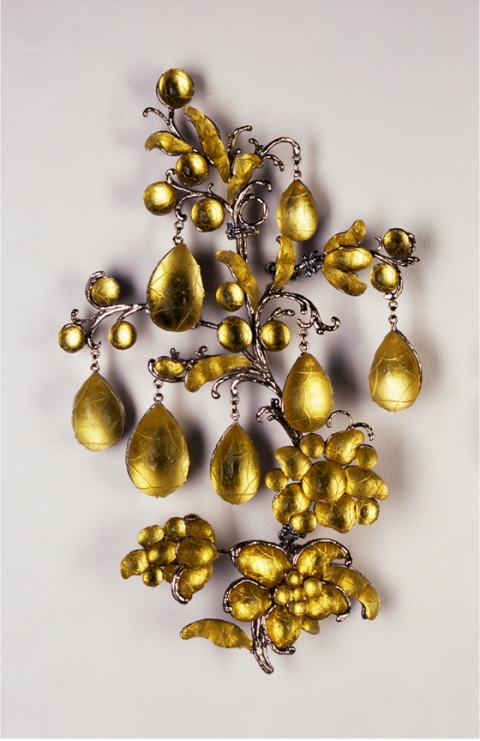 T i m o t h y  H o r n Water Sports (2002) Cast lead crystal, nickel-plated bronze, Easter egg foil