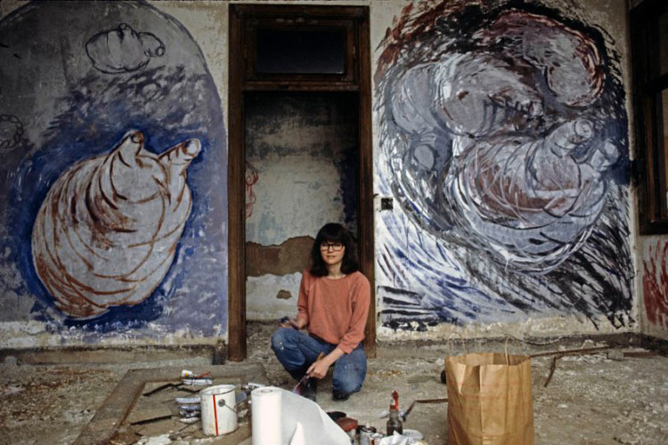 1983 THE PIER 34 SHOW Jean Foos with her installation at  Pier 34