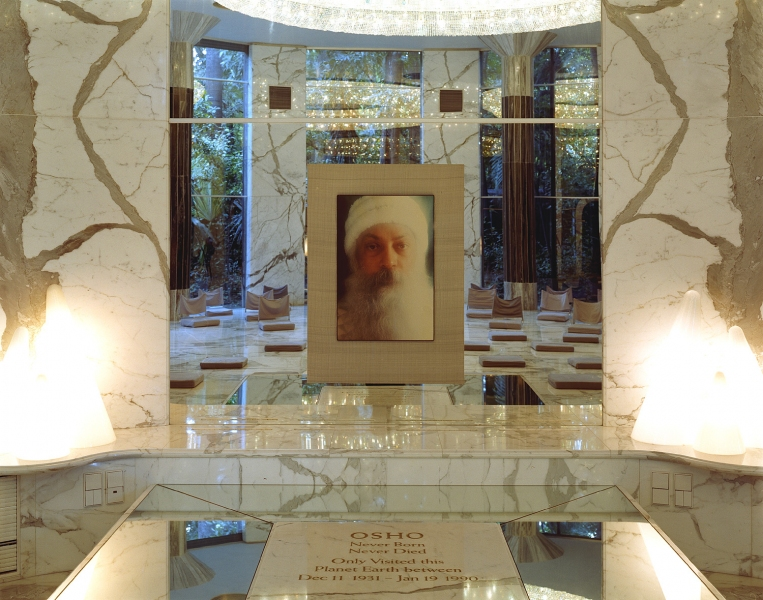 <b>The Searchers (Part I)</b>  Osho's shrine at the Osho Mediation Resort (Pune, India)