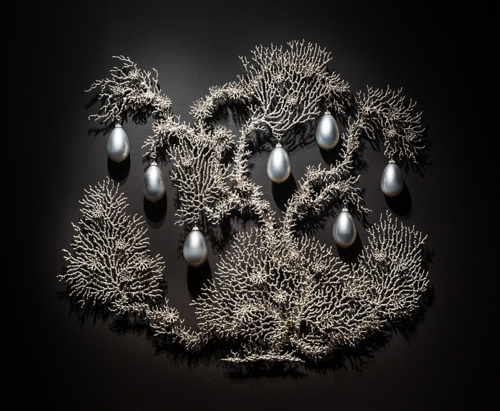 T i m o t h y  H o r n Adelaide Biennial nickel-plated bronze, mirrored blown glass